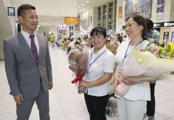 中国から来日した、柴艶紅さん(中央)と簡雪梅さん。左は「メープルウェルフェアーサービス」の小野真介社長=1日夕、福岡空港