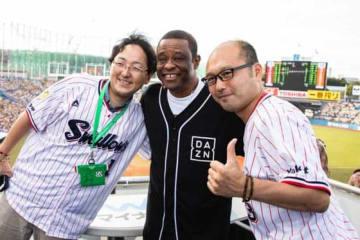 ウォーレン・クロマティ氏がファンとボックス席で試合観戦【写真:(C)So Hasegawa/DAZN】