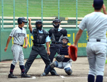 投球の判定を練習する参加者たち(わかさスタジアム京都)