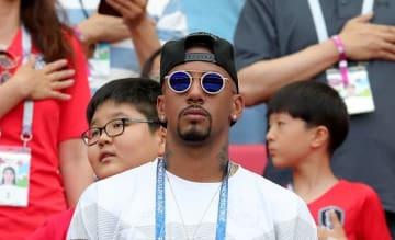 奇抜なサングラスをかけて観戦するボアテング photo/Getty Images