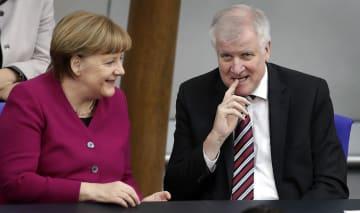 ドイツのメルケル首相(左)とゼーホーファー内相=3月、ベルリン(AP=共同)