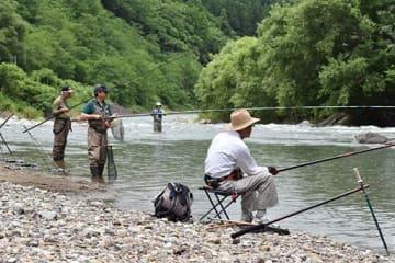 アユ釣り解禁日、久々のあたりを待つ釣り人たち=1日午前11時半ごろ、鯵ケ沢町の赤石川
