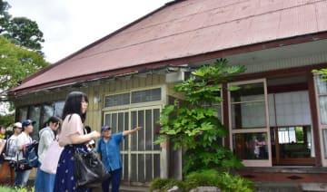 住民の案内で、旧菅原家侍住宅の特徴を観察する東北芸術工科大の学生ら