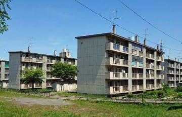 築40年以上が過ぎ、老朽化が進んだ幸畑第4団地。空き室も目立ってきた=今年5月