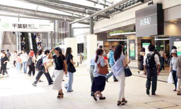 駅ビル「ペリエ千葉」の全面開業後、最初の週末を迎え、多くの買い物客らでにぎわうJR千葉駅周辺=6月30日、千葉市中央区