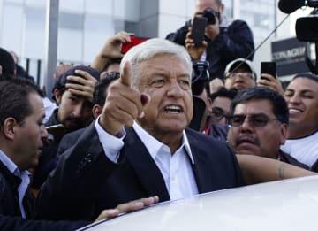 メキシコ大統領選の投票を終え、記者らに向けて語るロペスオブラドール氏=1日、メキシコ市(ロイター=共同)