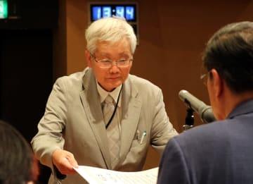 表彰状を受ける平野さん=長崎原爆資料館