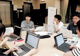 「政治×若者」に向け、打ち合わせをする「ProdYouth」のメンバーたち=仙台市青葉区の市市民活動サポートセンター