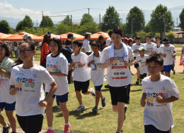バスケットボールの岡里明美さん(手前右から2人目)と一緒にジョギングする子どもたち