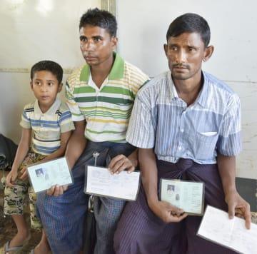ミャンマー西部ラカイン州のマウンドー郊外で、インタビューに応じるモハマド・インヌースさん(右)ら=6月28日(共同)