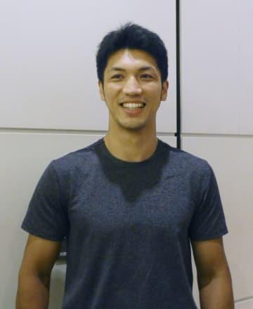 合宿を振り返り、笑顔で話すボクシングのWBAミドル級王者の村田諒太=2日、羽田空港