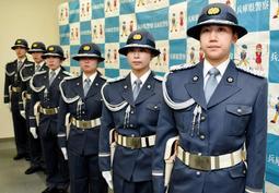 全国初めて発足した兵庫県警の女性儀仗隊=神戸市中央区下山手通5(撮影・石川 翠)