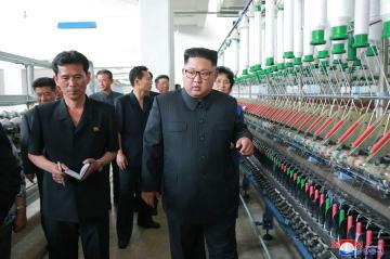 朝鮮中央通信が2日報じた、北西部新義州の紡織工場を視察する金正恩朝鮮労働党委員長。撮影日時は不明(朝鮮通信=共同)