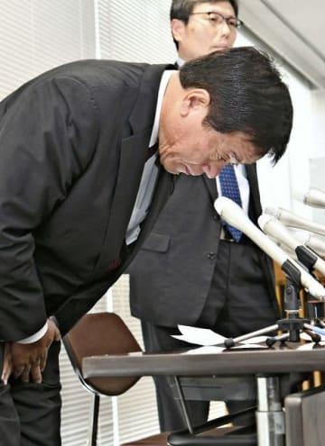 事故を明らかにした会見の冒頭で頭を下げる杉山信雄県議=5月、県庁