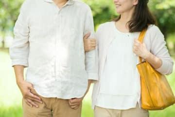 巷の男たちは高齢でも結婚することをよしとして、「家庭を作るのはエライ」とする傾向がある。しかし、同世代の女性たちは経済的に困らない限り、その年齢でわざわざ「結婚」を考えない人も多い。