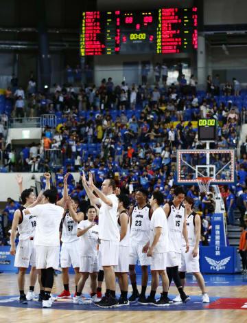台湾に圧勝して2次予選進出を決め、タッチを交わす日本の選手たち=台北(共同)