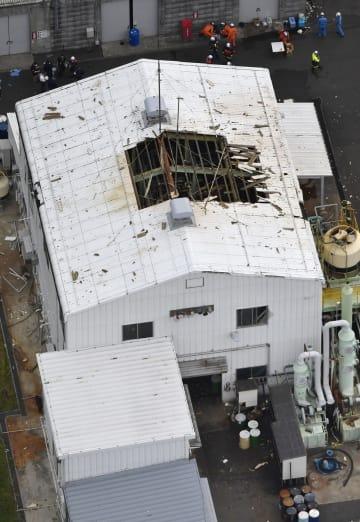 爆発で屋根に穴があいた「プロテインケミカル」の福井工場=2日午後5時10分、福井県若狭町(共同通信社ヘリから)