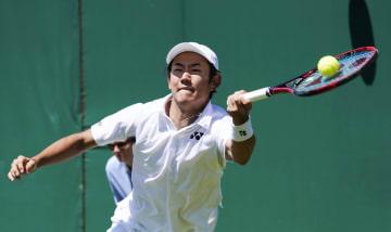 男子シングルス1回戦 マリン・チリッチと対戦する西岡良仁=ウィンブルドン(共同)