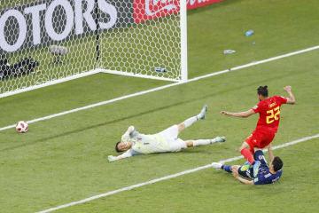 日本―ベルギー 後半、ベルギーのシャドリ(22)の決勝ゴールを許すGK川島=ロストフナドヌー(共同)