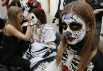 6月29日、サッカーワールドカップ(W杯)で決勝トーナメントに出場する16チームに入ったメキシコのサッカーファンが、モスクワの赤の広場近くで「死者の日」にちなんだパレードを計画したが、当局の指示で断念した。結局同イベントはファンゾーンで開催され、数百人が参加した - 2018年 ロイター/Sergei Karpukhin