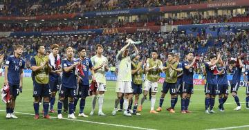 試合後、サポーターの歓声に応える日本イレブン=ロストフナドヌー(共同)