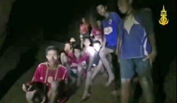 2日、タイ北部チェンライ郊外の洞窟で発見された地元サッカーチームの少年ら(タイ海軍特殊部隊提供・AP)