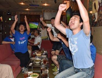 後半、柴崎選手のロングパスから日本が先制し大喜びするファン=3日午前4時12分、野辺地町