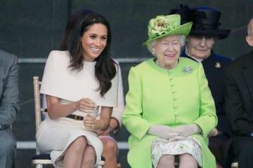 エリザベス女王との公務ではジバンシィのドレス(約200万円)を着用 (写真:Shutterstock/アフロ)