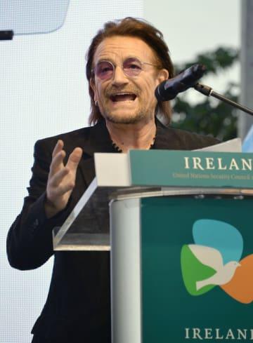 2日、ニューヨークの国連本部でスピーチする人気ロックバンドU2のボノさん(共同)