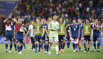 サッカーW杯決勝トーナメント1回戦で、ベルギーに逆転負けし、サポーターへあいさつに向かうGK川島(中央)ら日本イレブン=2日、ロストフナドヌー(共同)