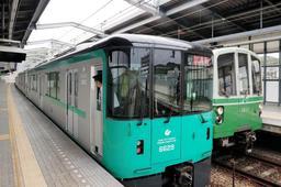 試運転を行う6000形車両(左)と約40年活躍する1000形車両=神戸市営地下鉄伊川谷駅(撮影・大山伸一郎)