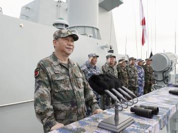 南シナ海で行われた観艦式に出席した中国の習近平国家主席(左)=4月(新華社=共同)