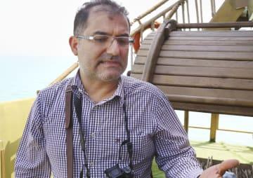 昨年の追悼式典に参加した、イラン航空機撃墜事件遺族のヘサモディン・アンサリアンさん=2017年7月3日、イラン・バンダルアバス沖の船上(共同)