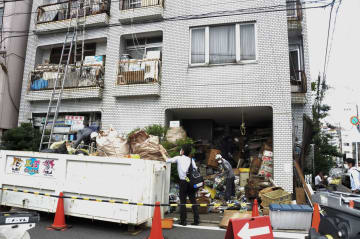 「ごみ屋敷」状態となった住宅で強制執行として行われた物品の撤去作業=3日、名古屋市