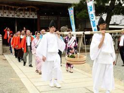 出立式でハモを担いで歩く関係者ら=洲本八幡神社