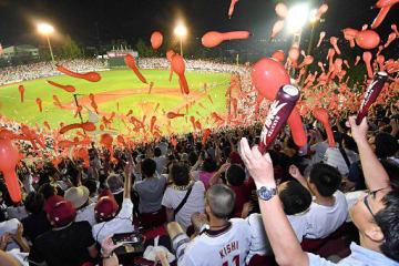 楽天イーグルス7回裏の攻撃を前に赤い風船を飛ばし、盛り上がる観客席=弘前市のはるか夢球場