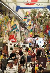 魚の棚商店街に登場したササ飾り=明石市本町1