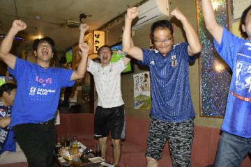 柴崎選手のアシストから生まれた先制ゴールに喜びを爆発させる地元のファン=3日午前4時5分ごろ、野辺地町