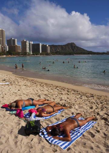 ハワイ・ホノルルのワイキキビーチ=2011年(AP=共同)