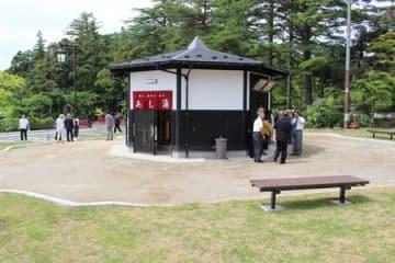 旧やひこ観光ホテル跡地に弥彦村が整備した広場=3日、弥彦村