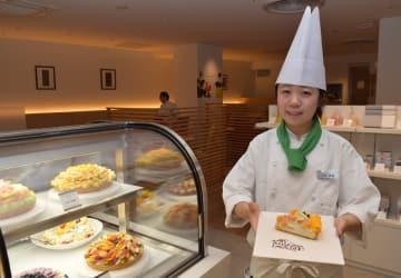 限定ケーキも登場し5日にオープンするカフェコムサ=3日午前、宇都宮市