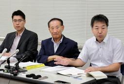 会見する暴力団追放兵庫県民センターの代理人弁護士ら=4日午前、神戸司法記者クラブ