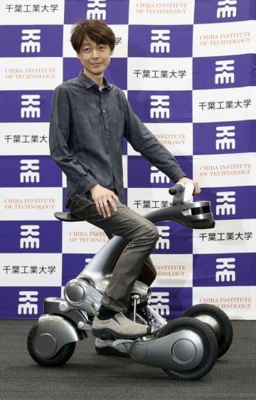小型バイクに変形するロボット「CanguRo(カングーロ)」をお披露目した千葉工業大の未来ロボット技術研究センターの古田貴之所長=東京都墨田区