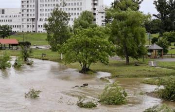 大雨の影響で増水した石狩川=4日午後、北海道旭川市