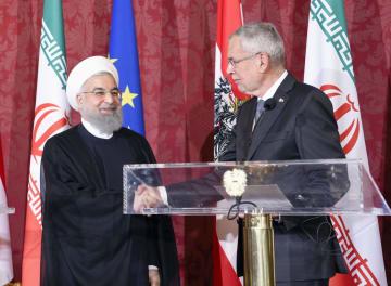 4日、オーストリア・ウィーンで、ファンデアベレン大統領(右)と握手するイランのロウハニ大統領(共同)