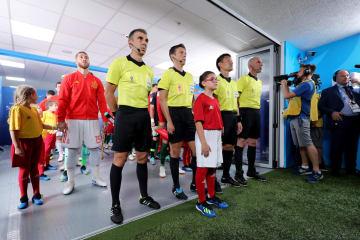 6月15日のポルトガル―スペイン戦の試合前、主審らと並ぶ第4審判の佐藤隆治氏(右から2番目)=ソチ(ゲッティ=共同)