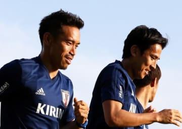 トレーニングでともに切磋琢磨する長友と長谷部 photo/Getty Images