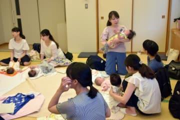 フリートークで交流を深める母親たち=東海村村松