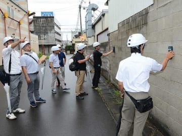 ブロック塀の安全性を確認する県建築士会の会員=4日午前、岐阜市鶴田町