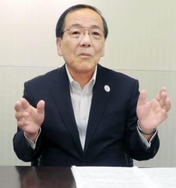 グループの信託、証券との一体運営を強化する方針を示す三菱UFJ銀行の福本副頭取(大阪市)